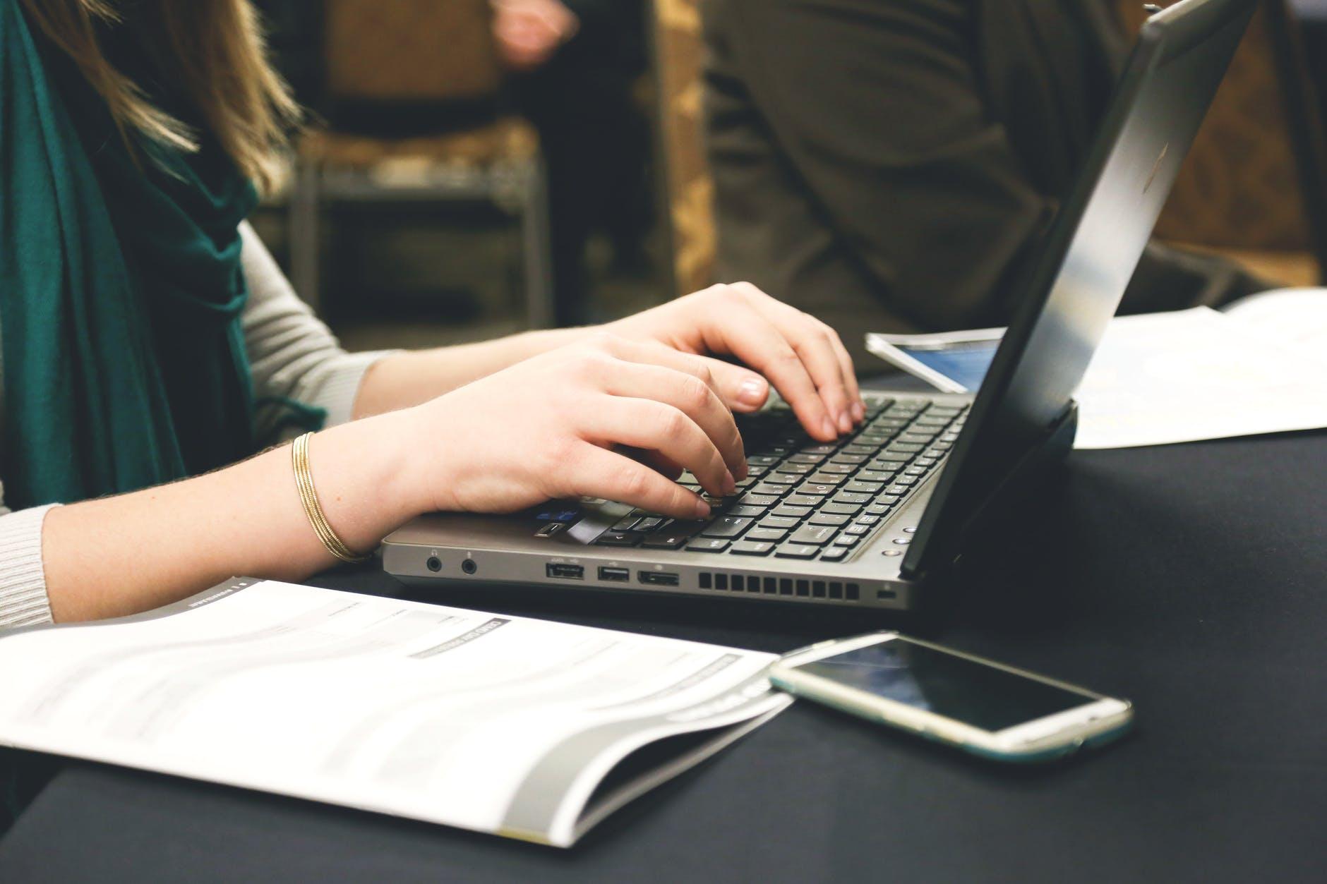 woman typing writing windows - Набор текста и расшифровка видео и аудио записей, иврит, русский, арабский, английский